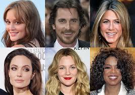 Девушка правильно моет волосы