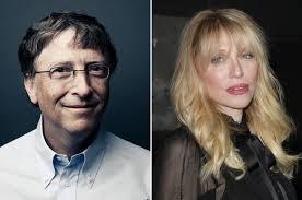 Девушка наносит солнцезащитный крем от загара на море