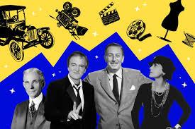 Пловец плавает в бассейне
